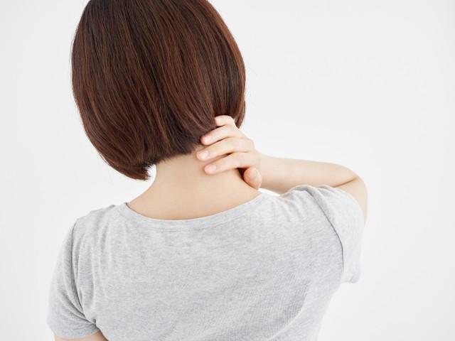 首が痛い女性の画像