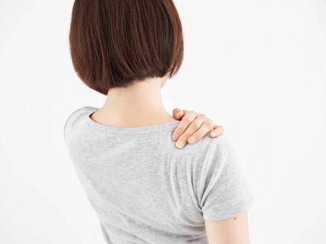肩のこりを気にする女性の画像