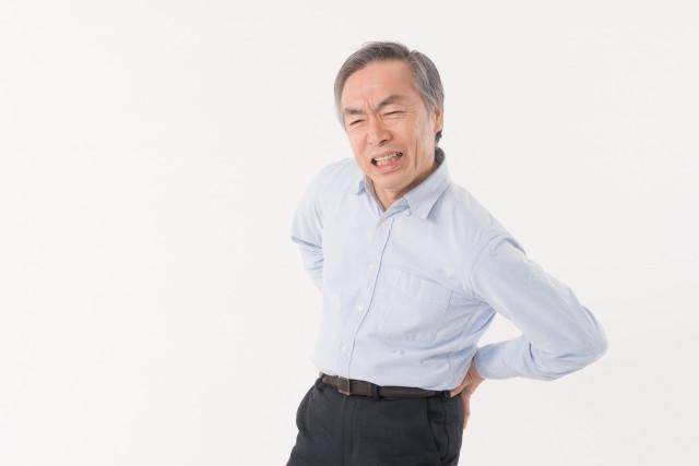 腰を痛がる高齢者の画像